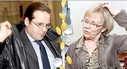 Det är bara att tacka och ta emot för Anders Borg och regeringen när Wanja Lundby-Wedin i Socialdemokraternas partitopp gör bort sig i offentligheten. Foto: SVEN LINDWALL och CHRISTIAN ÖRNBERG