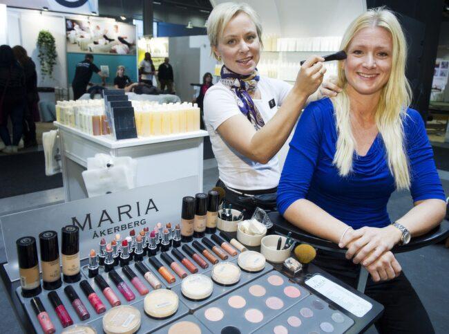 Don efter person. Maria Åkerbergs eget märke bär hennes namn. Här testar hon ekologiskt smink på Maria Björnström, 34, stylist, Stockholm.