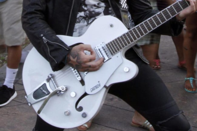 <strong>Mobilbilden.</strong><br>Favorit i samlingen: Gitarren Gretch white falcon är Brolles favorit.