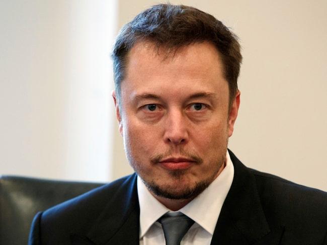 Elon Musk kliver av, men blir kvar som vd för bolaget.
