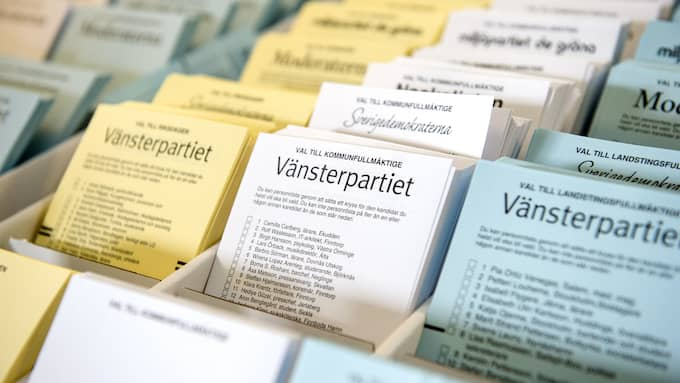 När medborgarna får plocka valsedlar inför öppen ridå hotas valhemligheten. Det är särskilt viktigt att sådant åtgärdas i denna tid av hög politisk konfliktnivå. Foto: NIKLAS LARSSON / BILDBYRÅN / BILDBYRÅN