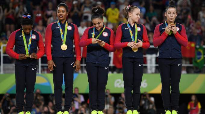 Gabby Douglas, näst längst till vänster, under nationalsången i Rio. Foto: Laurence Griffiths / GETTY IMAGES GETTY IMAGES SOUTH AMERICA