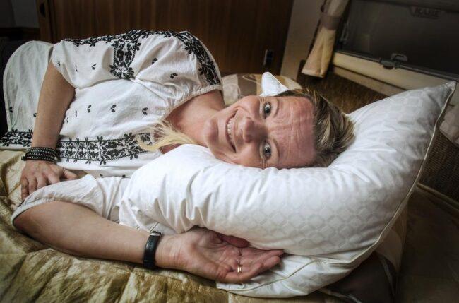 God natt. Veronika Larsson har fått tillbaka sin skönhetssömn och sluppit molande värk sen hon bytte ut sin kudde.