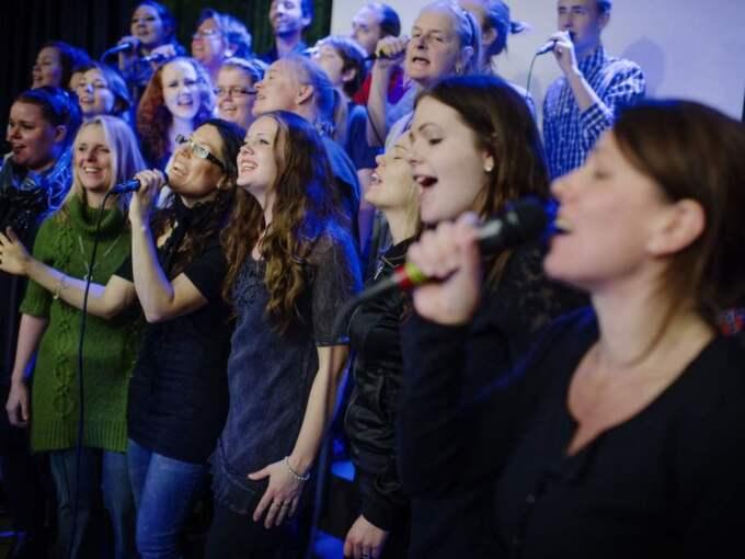 KYRKANS KÖR. Kyrkan i Knutby har lagt oräkneliga timmar på att prata om vad som hände för tio år sedan. Här är det körövning på schemat i den nya församlingslokalen. Foto: Hampus Lundgren