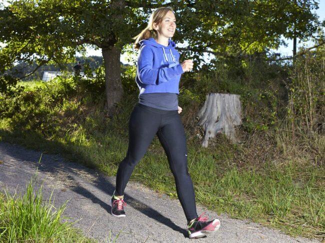 Kristine Symreng, personlig tränare och dietist, tipsar om att styrketräna under promenaden genom att ta ut steget, suga in naveln mot ryggraden och spänna sätesmusklerna.