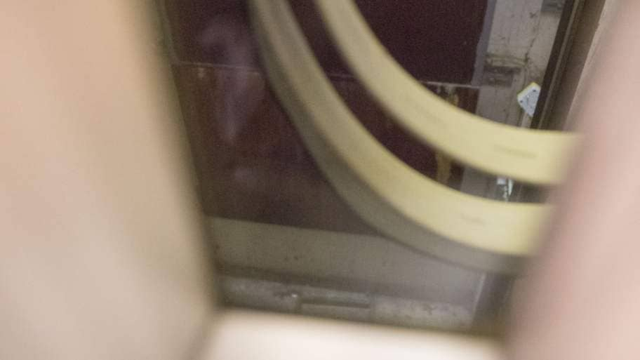 Kvinna ramlade ner i hisschakt