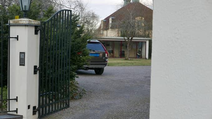 En diplomatskyltad bil står inne på gårdsplanen till Afghanistans nyinköpta lyxvilla i Saltsjö Duvnäs. Foto: LEIF BRÄNNSTRÖM