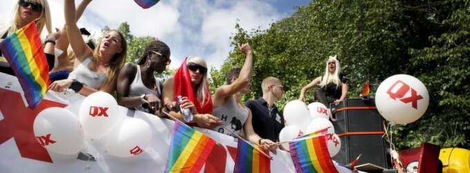 Författarna välkomnar årets tema på Pridefestivalen. Foto: Johanna Berglund