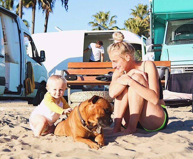 Just nu är familjen i Spanien. De fricampar mestadels på stranden, gärna tillsammans med andra vanlifers.