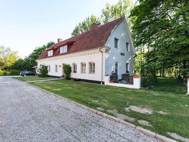 – Det är ett mycket elegant boende i fin miljö. Det är en stor skånsk gård av bättre slag, säger mäklaren Dag Magnusson.