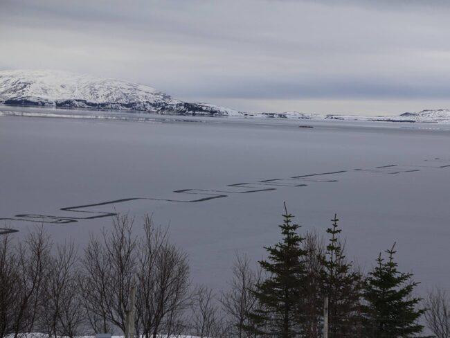 Vad eller vem ligger bakom de mystiska tecknen på den frusna sjön på lsland?