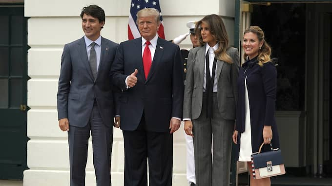 När de två nordamerikanska ledarna Donald Trump och Justin Trudeau fotograferades med sina respektive fruar utanför Vita huset under onsdagen var alla blickar på Melania Trump. Foto: CAROLYN KASTER / AP TT NYHETSBYRÅN
