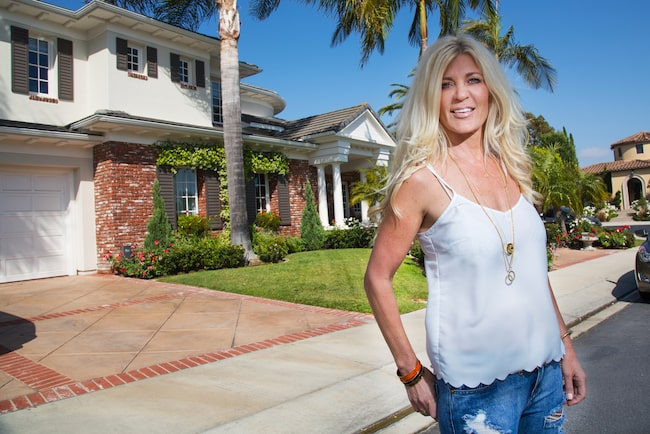 Svenska Hollywoodfruar har nypremiär nu i september. Här står Maria Montazami framför sitt hem.
