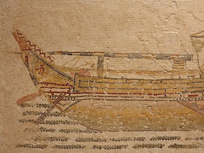 Mosaik föreställande ett romerskt handelsskepp från 200-talet – ungefär samma period som det nyupptäckta vraket vid Mallorca tros komma ifrån.