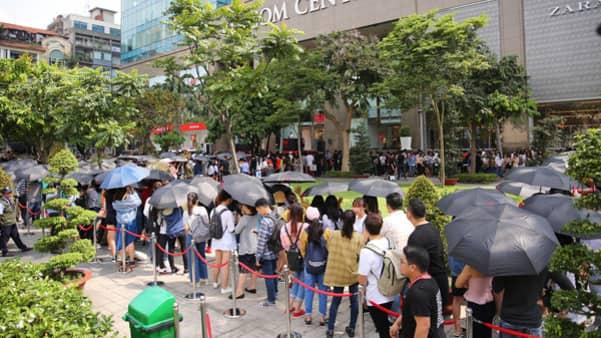 LÅNGA KÖER: Intresset var enormt när H&M öppnade i huvudstadens lyxigaste shoppingcenter.