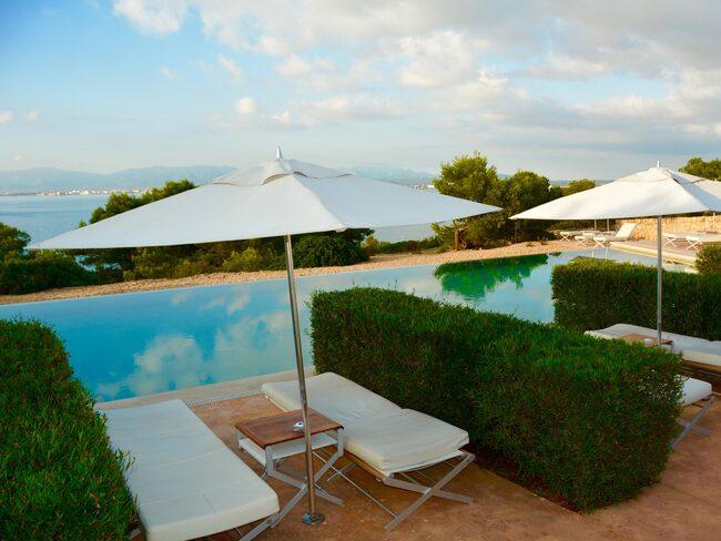 Cap Rocat har en evighetspool med saltvatten och utsikt över Palmabukten.