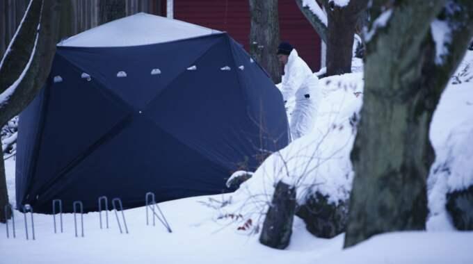 Polisen har spärrat av platsen för teknisk undersökning. Foto: HENRIK JANSSON