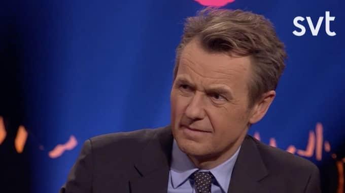Fredrik Skavlan lyssnar chockat på berättelsen. Foto: SVT