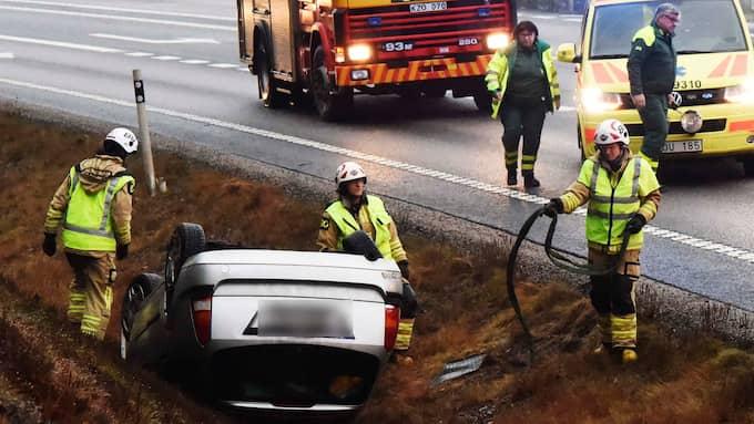 Vid 14.20 tiden voltade en bil av vägen i Marks kommun. Den började sedan brinna. Foto: Joakim Eriksson, Agena Foto