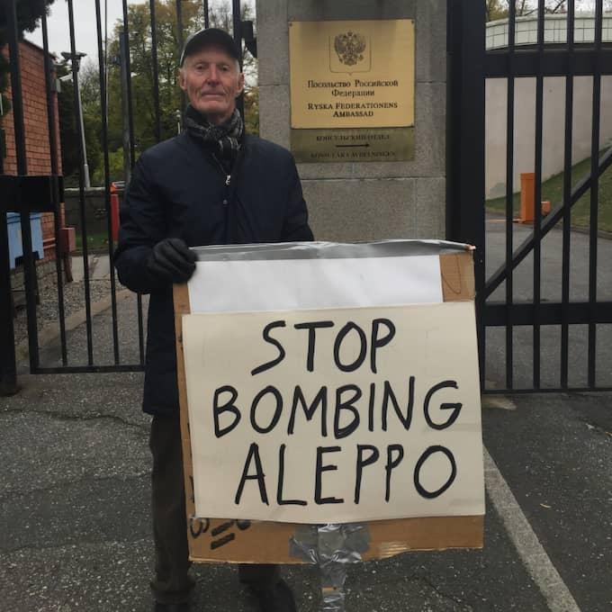 Gunnar Ohlsson demonstrerar ensam utanför ryska ambassaden.