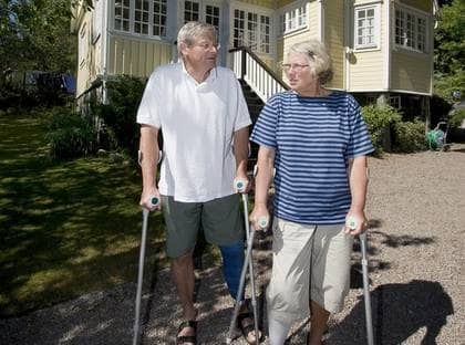 ISOLERADE. Jan och Inger Kirudd kan inte ta sig från sitt hem i Torgestad. Lysekils kommun har nekat dem tillfällig färdtjänst.