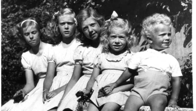 Syskonbild på Haga slott 1948. Från vänster: Margaretha, Birgitta, Désireé, Christina och Carl Gustaf.