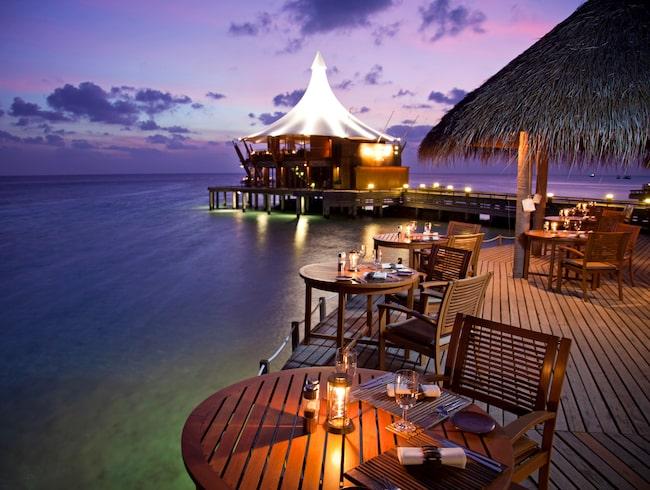 Ät en romantisk middag i solnedgången på Baros i Maldiverna.