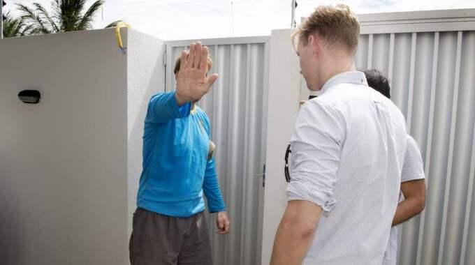 Johan Mühlegg håller upp handen mot kameran Foto: Robban Andersson