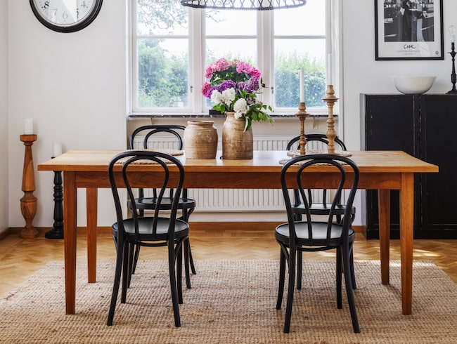 Bordet kommer från Living och stolarna är hittade på loppis. Krukorna kommer från Afroart och ljusstakarna från Madam Stoltz. Lampan kommer från Smart buy och tavlan är ett print från Fotografiska.
