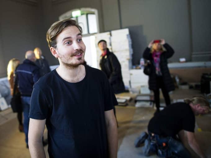 LOKALA KONSTNÄRER. Charlie Hedström är konstnärlig projektledare för Taverna Averna. Han har valt ut 350 konstverk av både kända och okända konstnärer med Göteborgsanknytning. Foto: Anders Ylander