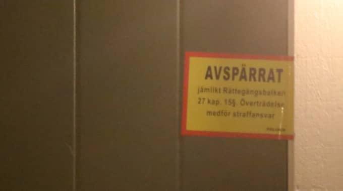 En polispatrull tog sig till en bostaden i Södertälje, i stadsdelen Västergård, strax före midnatt under lördagen, larmet kom vid 23.07, och där inne påträffades två personer avlidna. Foto: Janne Åkesson/Swepix