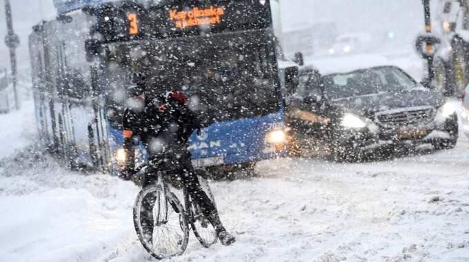Privatpersoner har skjutsat de som inte kunnat ta sig fram i trafikkaoset. Foto: Jonas Ekströmer/Tt / TT NYHETSBYRÅN