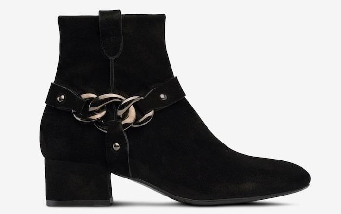 e109cda81361 Boots från Billi bi är i snygg modell med kraftig kedja i svärtad metall  som dekor vid ankeln. Den har en snyggt rundad tå och mockaklädd klack.