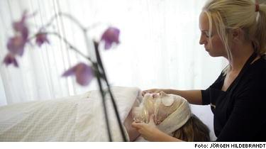 LYXIGT. Det sticker och bubblar lite i skinnet när oxygenprodukterna verkar. Men jämfört med vanlig portömning är det smärtfritt -och i kombination med massage känns behandlingen superlyxig.
