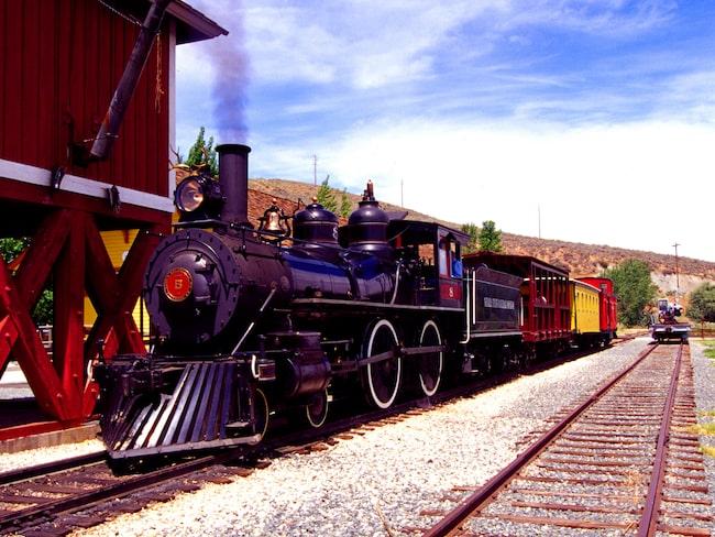 Dieselloket tar resenärerna ut i den nattsvarta Nevadaöknen.