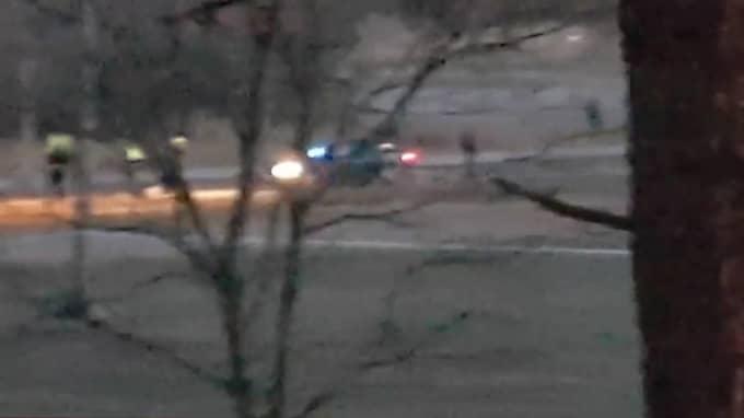 Polisjakten i natt slutade med att en bil stoppades i anslutning till en parkeringsplats. Foto: Läsarbild