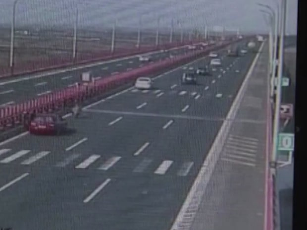 De fladdrande lapparna över motorvägen är precis det du tror...