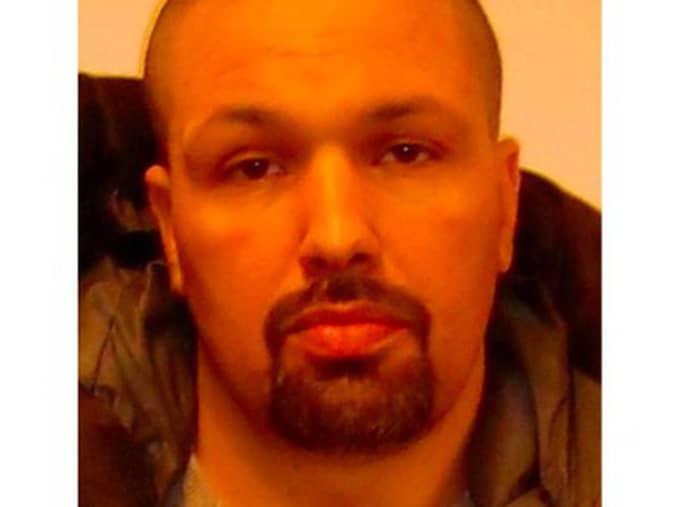 Semi Oueslati, 43, har häktats i sin frånvaro på sannolika skäl misstänkt för mordet på en 20-årig man som skulle vittna i en rättegång mot en Hells Angels-medlem i Norrköping. Foto: Polisen