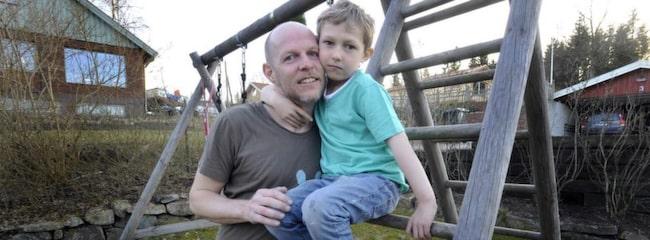 Abbe, 7, föddes med allvarligt hjärtfel. Här med pappa Gunnar Skarland.