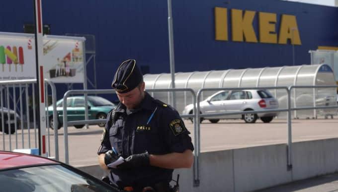 Knivdådet på Ikea och polisens skärpta bevakning av det aktuella asylboendet väcker starka känslor på internet. Foto: Peter Kruger