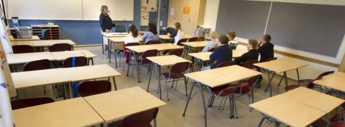 """Har försämrats. Tyskläraren Sirkuu Väliaho på Vällingbyskolan tycker att elevernas tyskkunskaper generellt har försämrats. Niondeklassarna Malin Sandén, 15, och Carl Wåhlstam, 15, är dock ambitiösa. """"Om man ska göra affärer med tyskarna i framtiden är det bra att kunna språket"""", säger Carl.Foto; YLWA YNGVESSON Foto: Ylwa Yngvesson"""