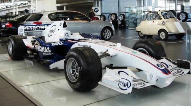 TILL SALU. Bilen har körts av Nick Heidfeld under säsongen 2006 där han under året var stallkamrat med Jacques Villeneuve, Robert Kubica och Sebastian Vettel.