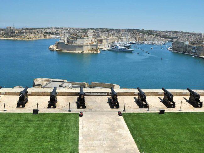 Vy över stora hamnen i Valletta, Malta. I bakgrunden De Tre Städerna.