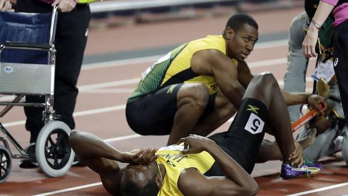 Bolt i svåra smärtor på banan. Foto: MATT DUNHAM / AP TT NYHETSBYRÅN