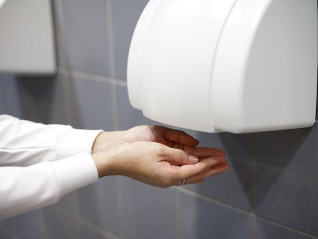 Hur torkar du händerna efter att du tvättat händerna på en offentlig toalett?