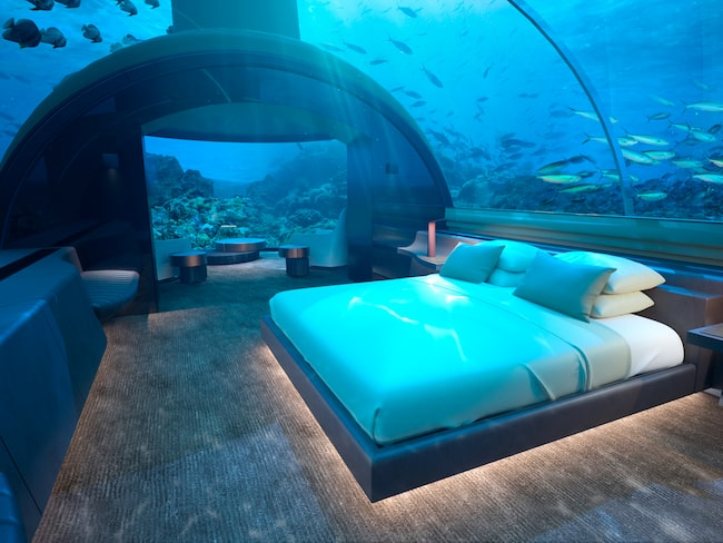 På den maldiviska ön Rangali kan besökare bo under vattenytan i en lyxig tvåvåningsvilla.