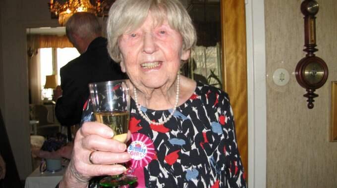 105-åringen skålar på dagen. Foto: Elena Ström