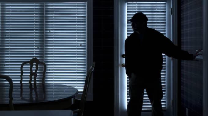 Sonen larmade om en uppbruten ytterdörr och flera lampor inne i grannens hus. Foto: Shutterstock / SHUTTERSTOCK