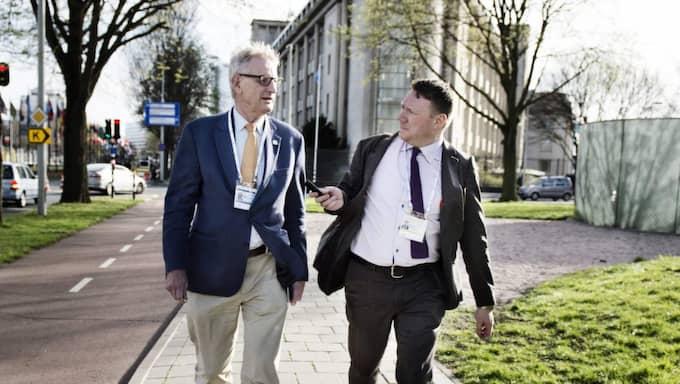 Expressens Niklas Svensson intervjuar Carl Bildt i Haag. Foto: Anna-Karin Nilsson