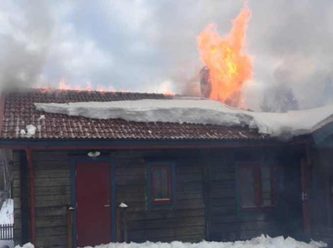 När man kom fram till platsen kunde man konstatera att en sommarstuga och en bil stod i brand, och man påbörjade på egen hand släckningsarbete av bilen. Foto: Peo Ekman, Norrhälsinge Räddningstjänst